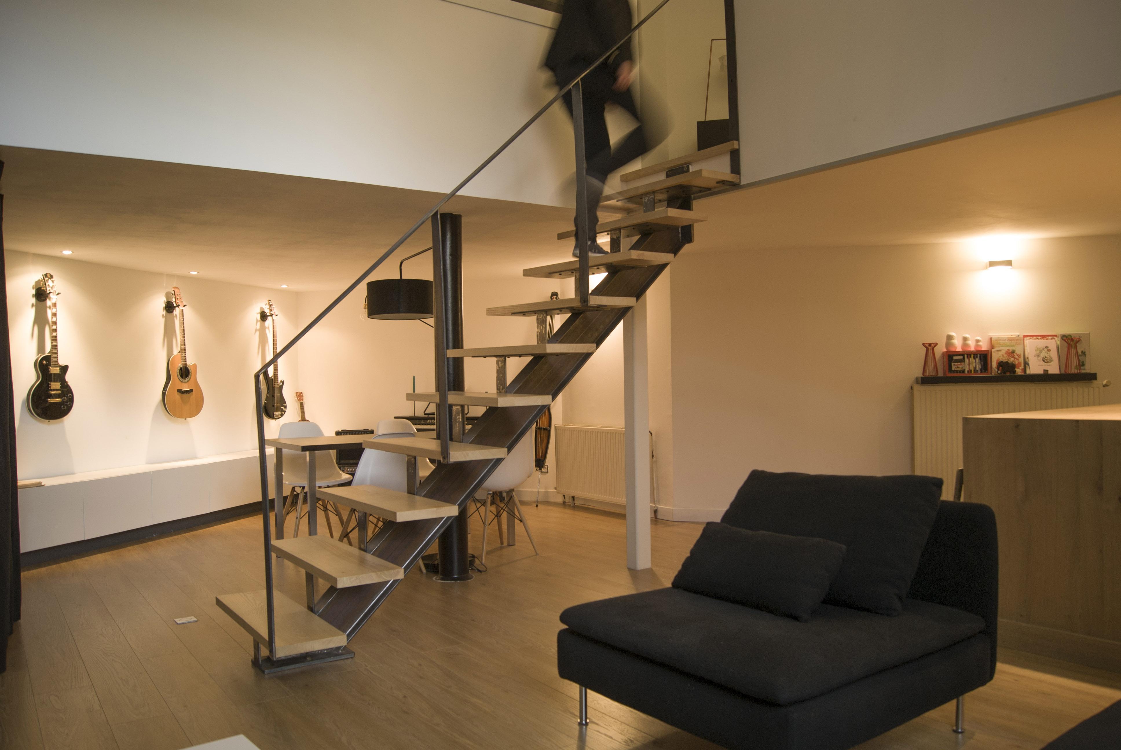 Salon avec escalier métal & bois vue sur la salle à manger – L&D ...