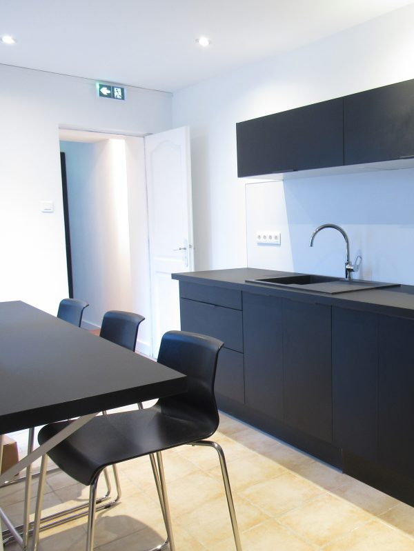 cropped bureau siege moulure bois maitre ikea ldinterieur louise delabre architecture 10. Black Bedroom Furniture Sets. Home Design Ideas